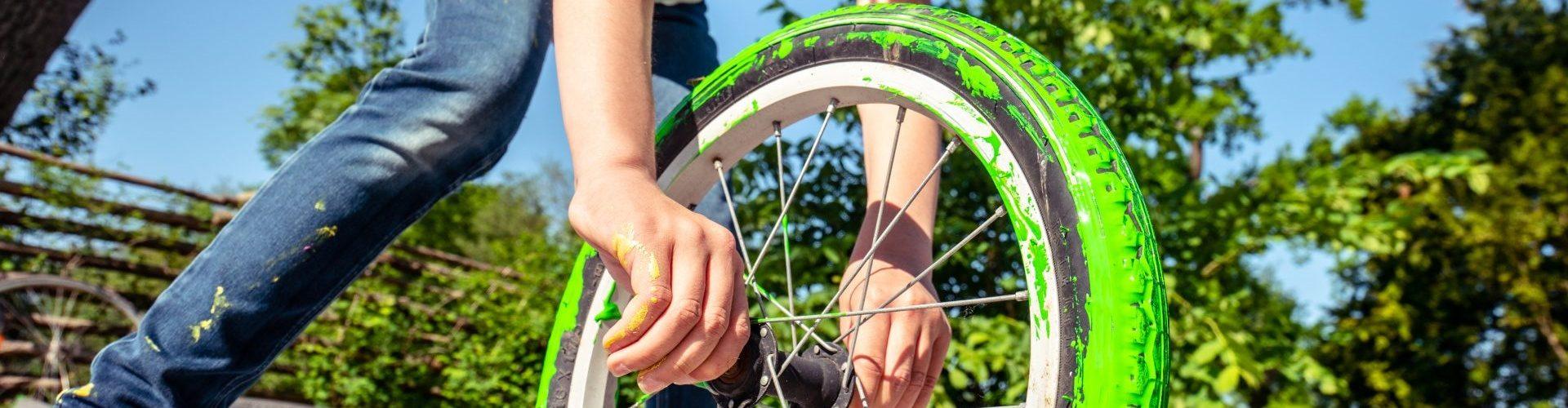 Pige der maler med grøn maling med cykelhjul. Fotograf Steen Knarberg