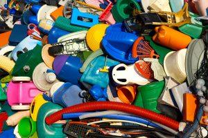 Plastisk affald i mange klare farver samlet.